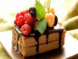 Bizcocho cubierto de chocolate y frutas