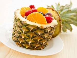 Postal: Ensalada de frutas con piña, naranja, uvas y fresas