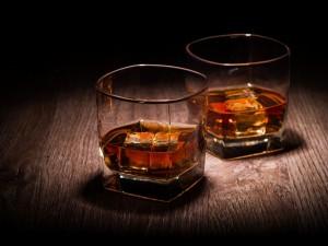 Dos vasos de whisky con hielo