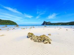 Postal: Un cielo celeste sobre la playa
