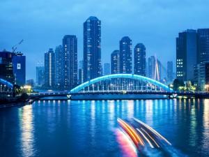 Postal: Puente con luz azul en la ciudad