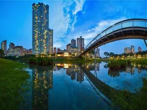 Postal: Puente sobre el lago del parque