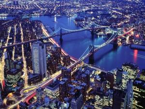 Puentes iluminados en la noche de la ciudad
