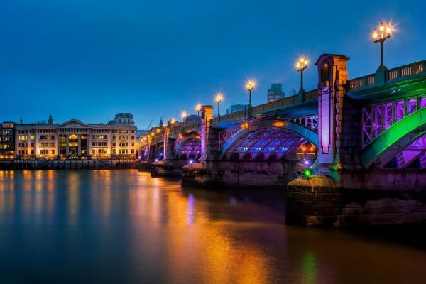 Puente con luces de colores sobre el río