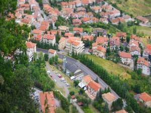 Vista aérea de los edificios y árboles de una ciudad