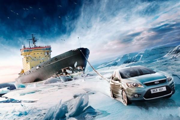 Ford remolcando a un barco por el hielo