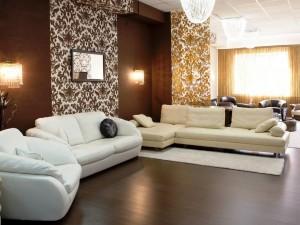 Elegante sala de estar con varios sofás