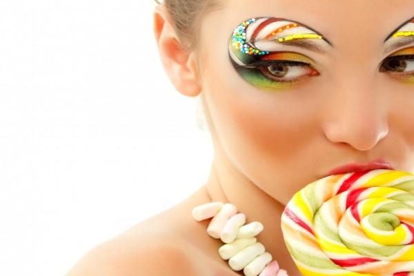 Mujer con un bonito maquillaje de ojos