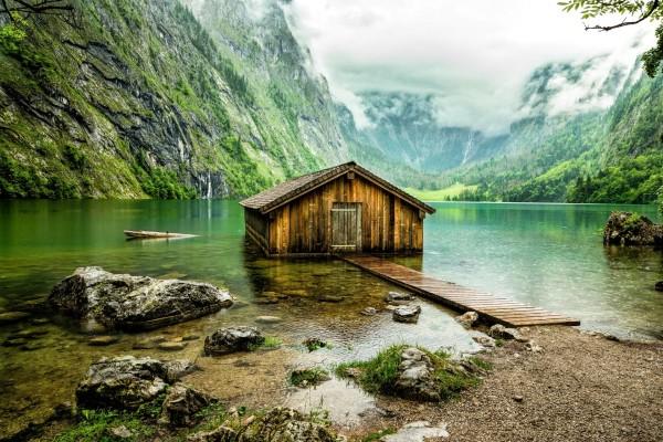 Casita de madera en el lago