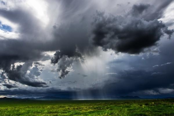 Nubes oscuras sobre un campo
