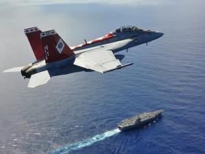 Avión F/A-18F sobre un portaaviones
