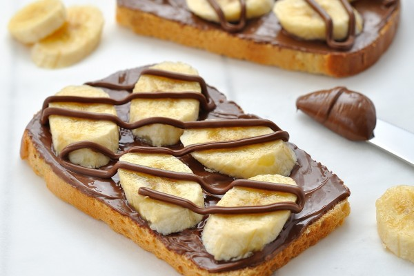 Tostada con plátanos y chocolate
