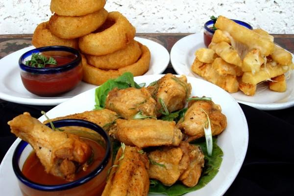 Pollo, aros de cebolla y patatas con queso