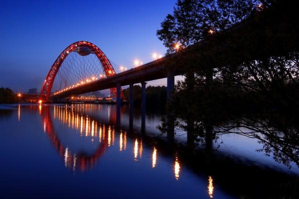 Puente con un arco rojo