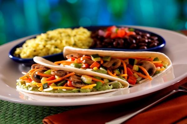 Tacos con vegetales y guacamole