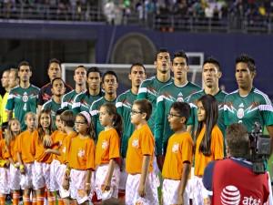 Jugadores de la Selección Mexicana cantando el himno Nacional