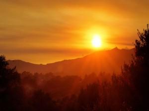 Brillo del sol en el cielo anaranjado