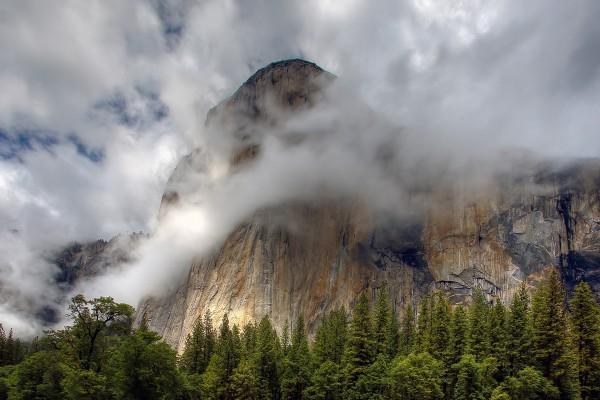 Montaña cubierta de nubes