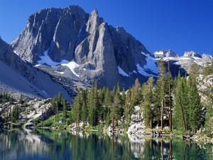 Postal: Un lago junto a la montaña