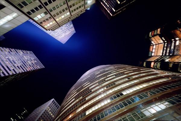 El cielo azul oscuro entre los edificios de la ciudad