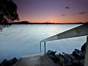 Postal: Rampa con barandilla de madera en el lago