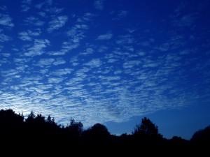 Pequeñas nubes en el cielo al anochecer