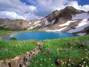Postal: Pequeño lago azul en la montaña