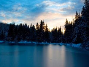 Lago helado al amanecer