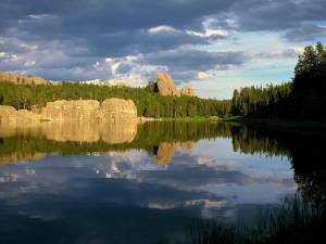 Postal: Rocas y árboles junto al lago