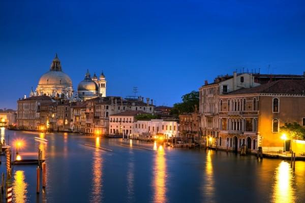 El Gran Canal de Venecia iluminado