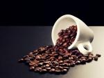 Taza volcada con granos de café