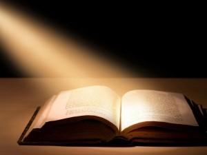 Rayos de luz sobre una Biblia