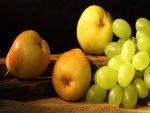 Ricas peras y uvas verdes