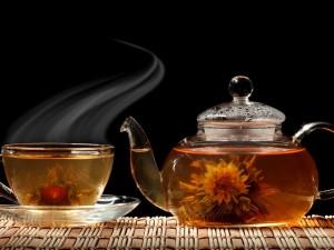 Postal: Una tetera y una taza de rico té caliente