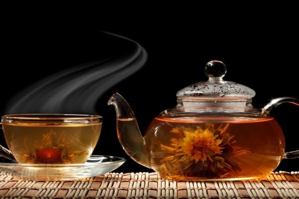 Una tetera y una taza de rico té caliente