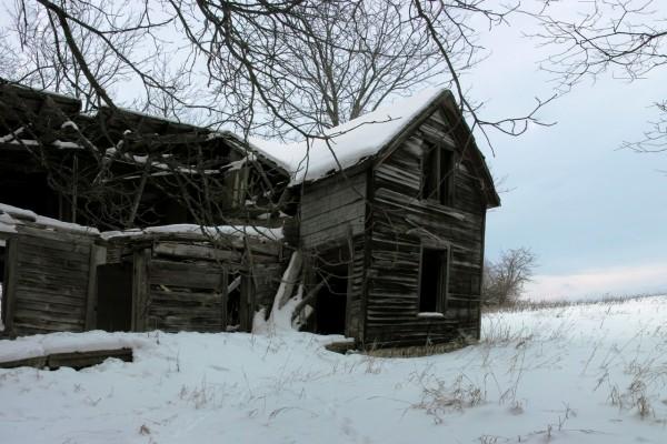 Cabaña abandonada en la nieve