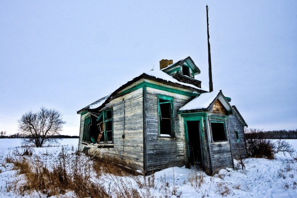 Cabaña abandonada en un lugar nevado