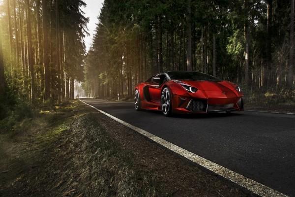 Lamborghini rojo en la carretera