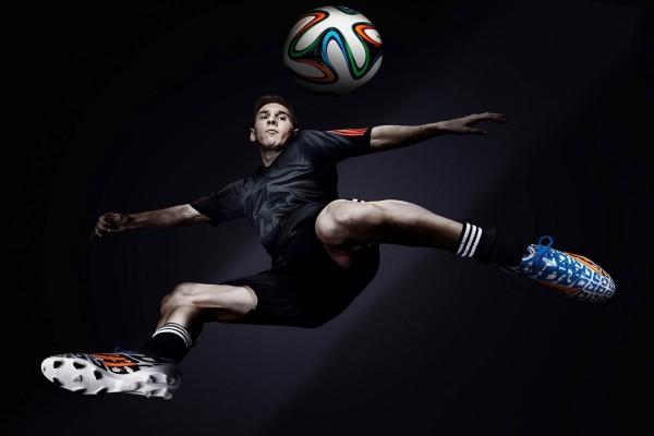 Messi con el Adidas Brazuca, balón oficial de Brasil 2014