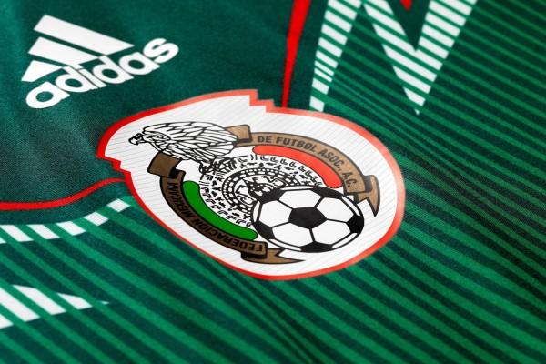 Camiseta y escudo de la Selección Mexicana de fútbol