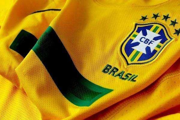 Camiseta y escudo de la Selección Brasileña