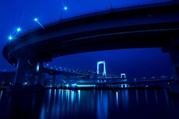 Farolas iluminando el puente