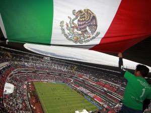 Bandera de México en un partido de la Selección Mexicana