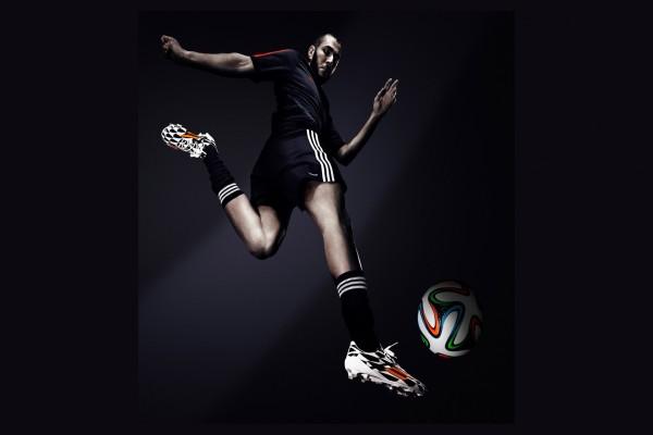 Karim Benzema con el Adidas Brazuca