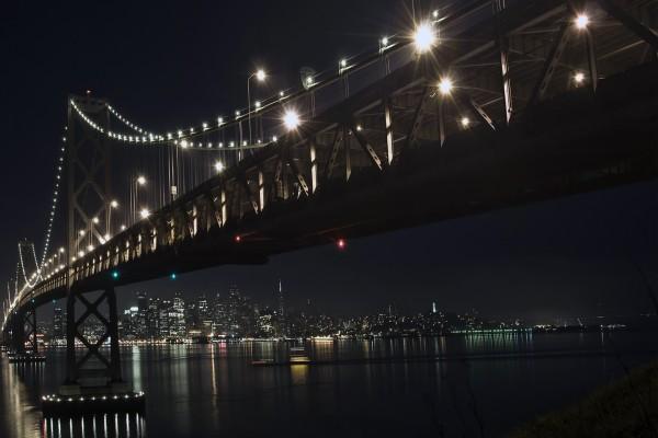 Un puente iluminado en la noche oscura