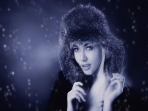 Postal: Mujer con un gorro para el frío