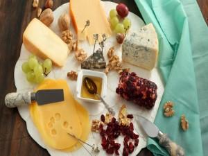 Postal: Plato con quesos, pasas, nueces, uvas y miel