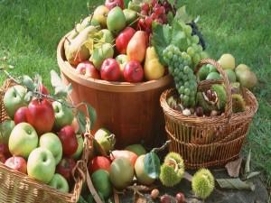 Cestas con frutas y castañas