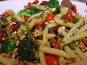 Macarrones al pesto con verduras