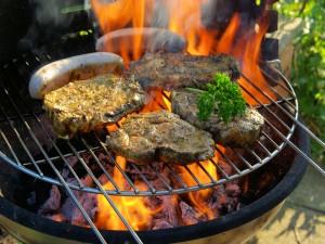 Carne y salchichas a la barbacoa